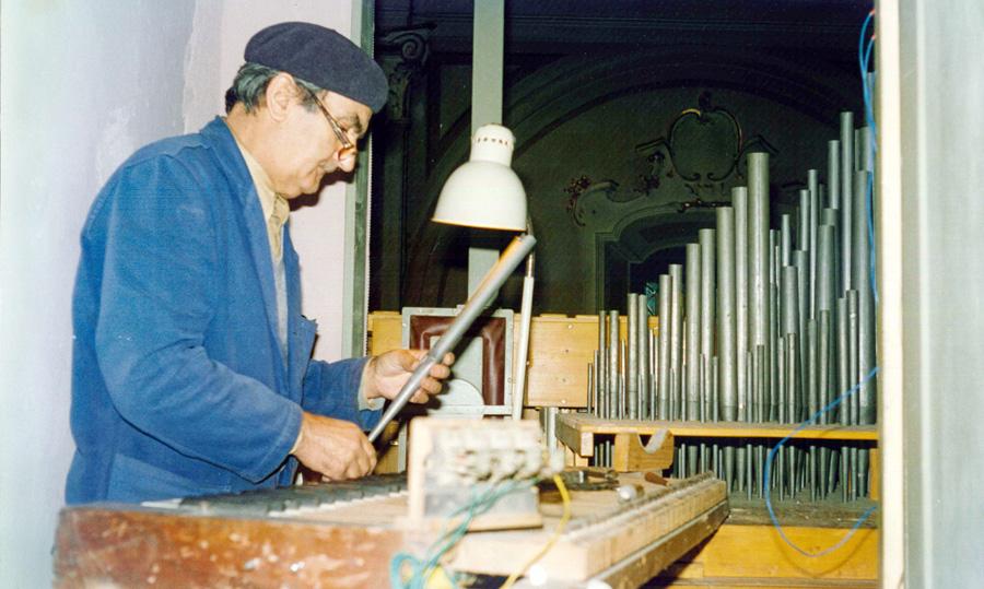 Alessandro Corno al lavoro verso la metà degli anni '90 all'organo di Ripalta Arpina (CR).