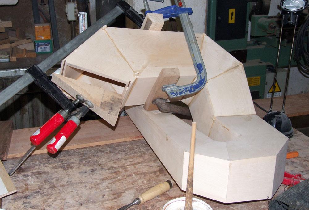 La costruzione della tuba in fase avanzata.