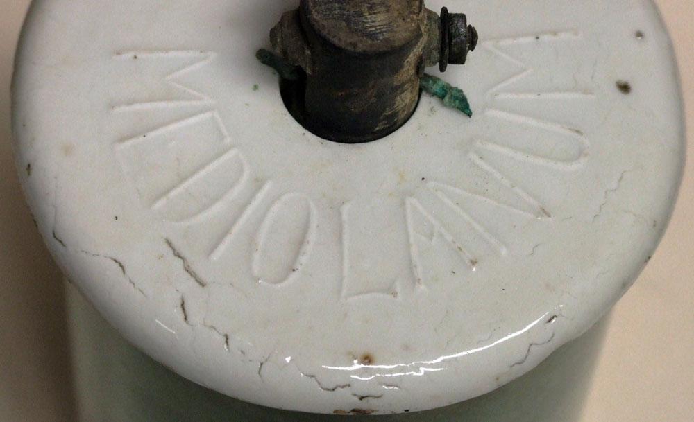 fig.2 Il coperchio di porcellana con la scritta MEDIOLANUM in rilievo.