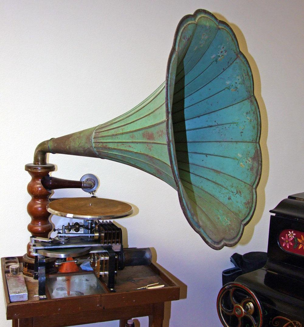 """-fig.7 Fotografia del grammofono con motore """"Stirling"""" conservato a Villa Silvia."""