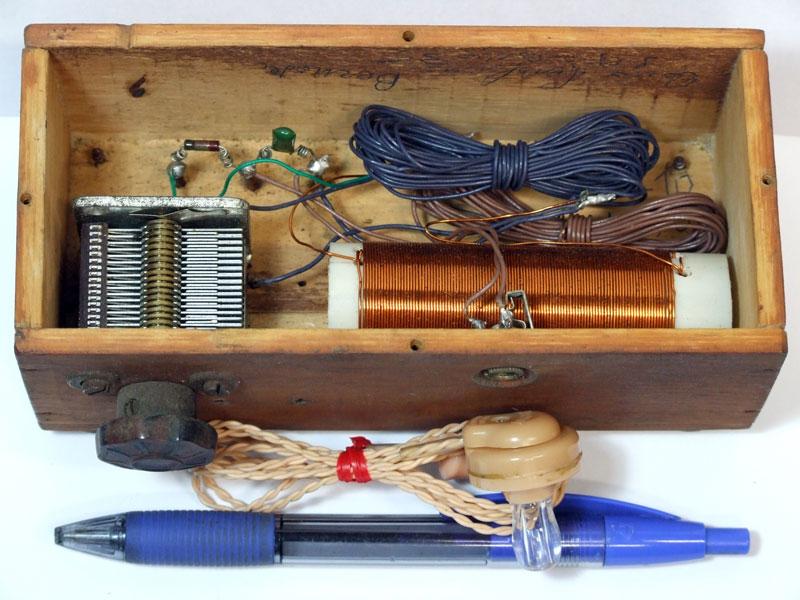 Figura 2 La piccola radio con diodo al germanio auto-costruita dopo la rimozione del coperchio; la penna indica le dimensioni dell'apparecchio.