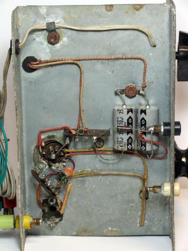 Figura 7 - La parte sottostante del telaio con i collegamenti e i pochissimi componenti usati per la costruzione