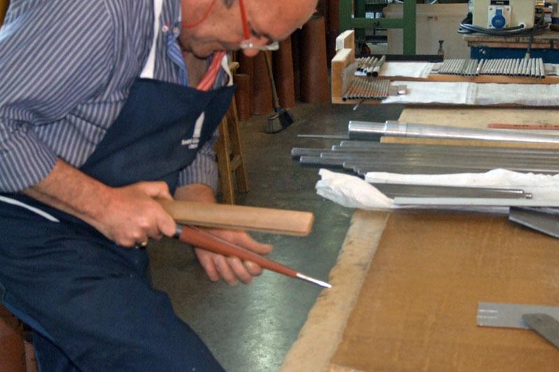 La formazione del piede è ottenuta con apposite forme coniche in acciaio. La successiva fase di battitura della lastra in metallo, così conformata, serve per rendere la lastra perfettamente circolare.