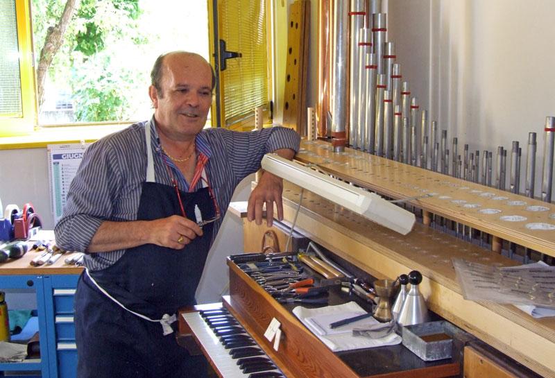 """Dopo la formazione della bocca la canna viene intonata e posizionata nell'organo-prova, per effettuare una prima accordatura. Segnalo a quanti non ne sono già informati che intonazione e accordatura sono due operazioni completamente diverse. Nella prima: (l'intonazione) si lavora sulla """"qualità"""" del suono, mentre nella seconda: (l'accordatura) si determina l'altezza del suono nei vari intervalli musicali."""