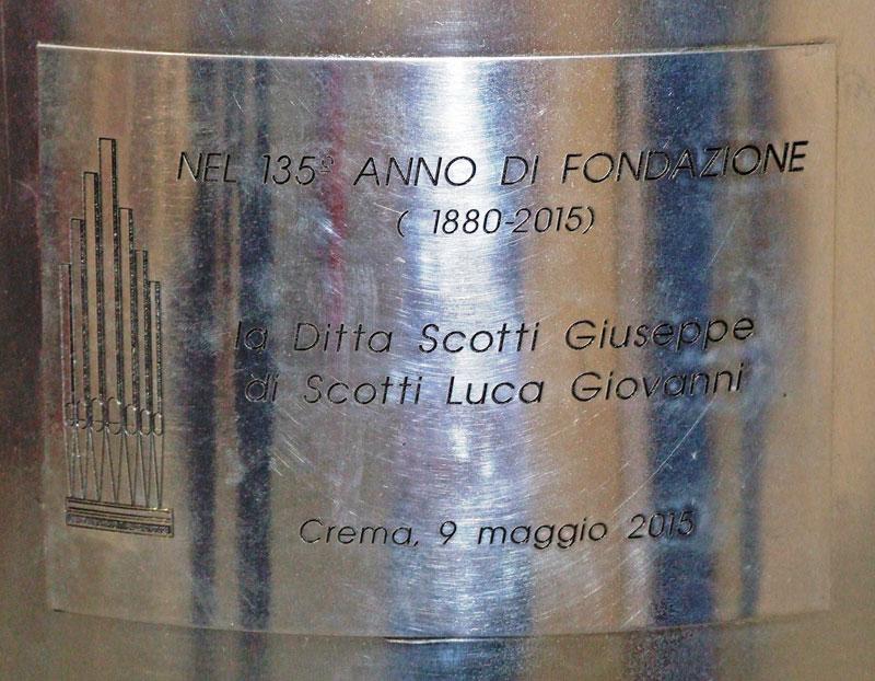 La targa applicata alla canna di Fig. 28 che ricorda il 135° anniversario di fondazione della ditta Scotti (1880 – 2015) e l'inaugurazione del museo di Crema avvenuto il 9 maggio 2015.