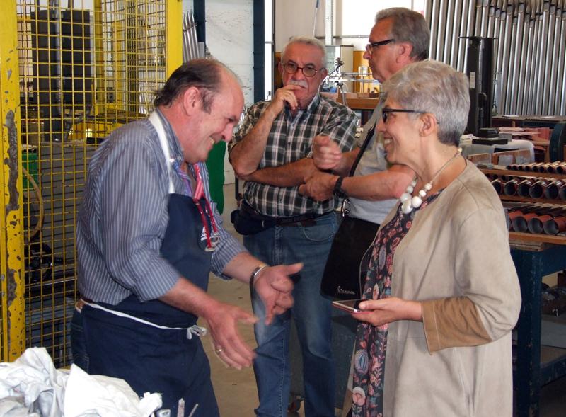 La Sig.ra Giusi Spezzaferri, attuale assessore alla cultura della città di Merate, è alle prese con la gentile accoglienza che Luca Scotti ha riservato a ciascuno dei presenti.