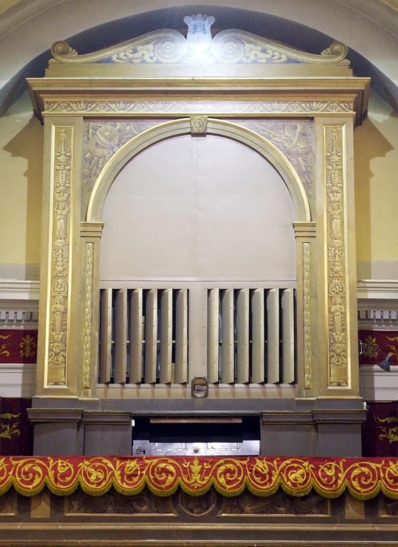Organo della chiesa di Galgiana, con le canne nascoste dietro le griglie a vista.