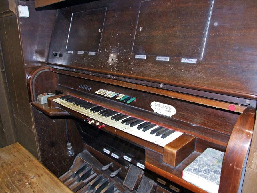 Consolle Aletti, con due sportelli posti sopra la tastiera, contenenti due lettori di rulli perforati Barbieri.