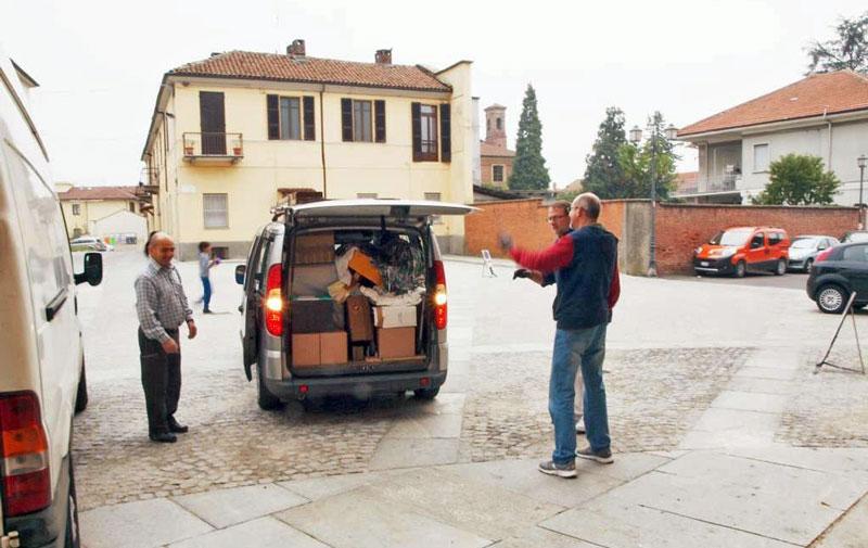 Figura 36 - Il mio Doblò zeppo di strumentazione, poco prima dello scarico dei materiali per la mostra.