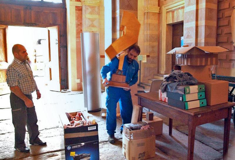 Figura 37 - Le prime operazioni di scarico dei materiali; l'altisonante con la tuba di legno, che sono in procinto di depositare sul tavolo, mi è stato richiesto da Andrea Ferrero per ricordare la passata ricorrenza del 25° AIRE che il Prof. Fausto Casi aveva organizzato ad Arezzo, nel 2015, presso il museo dei mezzi di comunicazione nonché sede nazionale dell'AIRE.