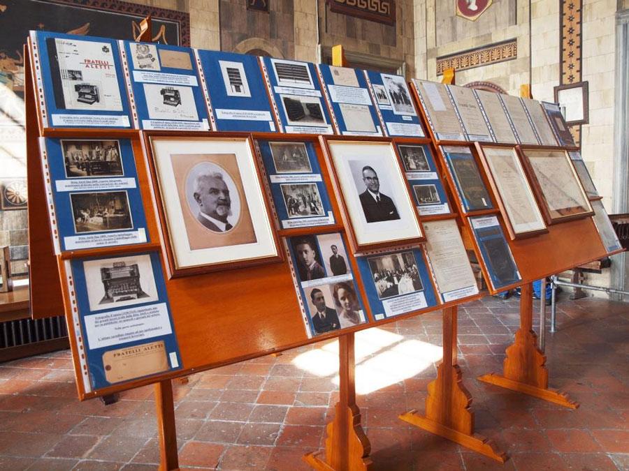 Figura 13 - L'allestimento della mostra è terminato. Uno scorcio di alcuni tabelloni con la documentazione storica della ditta Aletti.