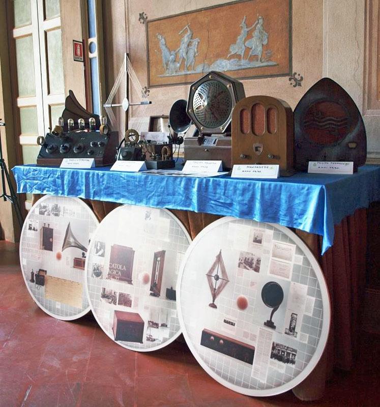 Fig. 3 Gli apparecchi in mostra di Andrea Ferrero