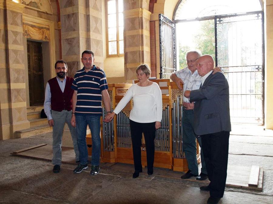 Figura 22 - L'organo è stato controllato ed è pronto per il concerto; foto ricordo dei presenti a commemorazione dell'evento. Da sinistra: il sottoscritto, Stefano Casiraghi, Flavia Crotta,Andrea Ferrero e Renato Ghisetti.