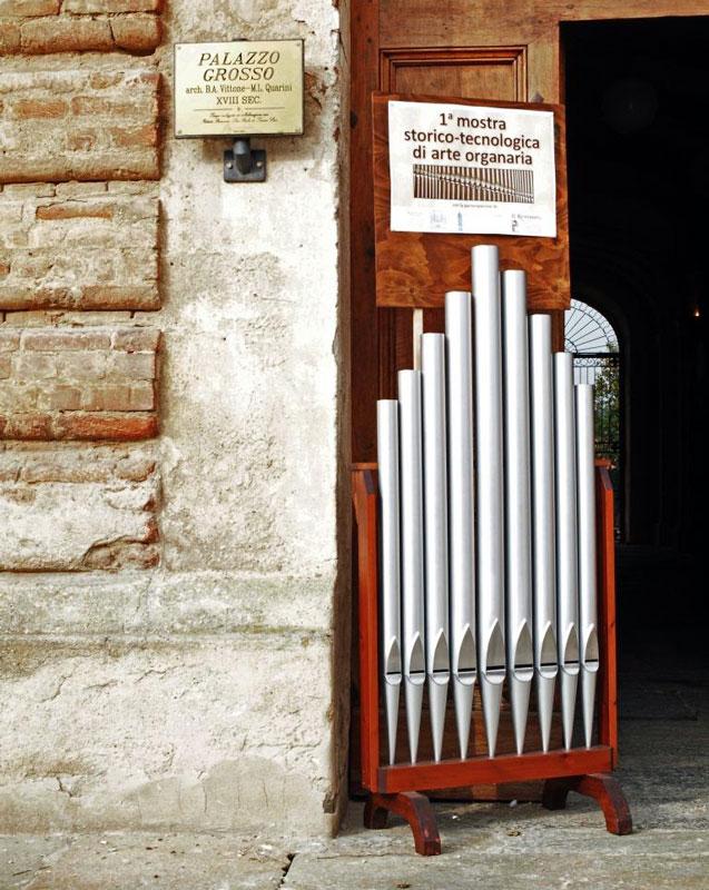 Figura 6 - Per indicare nel migliore modo possibile il sito dove si svolgeva la mostra, mi è venuta l'idea di posizionare davanti all'ingresso di Palazzo Grosso, una piccola facciata di canne costruite dalla ditta Giuseppe Scotti di Crema alla quale avevo aggiunto, nella parte superiore, il cartello mostrato in Fig.5.