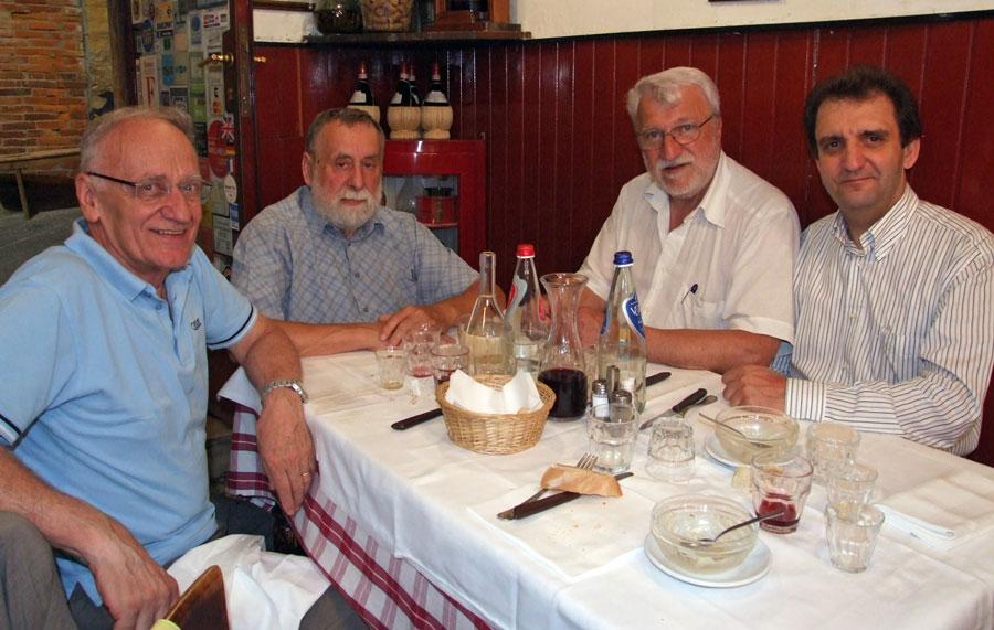 Figura 10 - Fotografia scattata nella medesima trattoria. Da sinistra: Ferrero, Pria, il Prof. Fausto Casi e il sottoscritto.