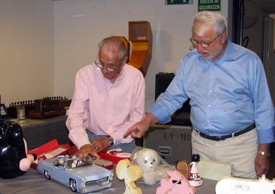 Figura 14 - Il socio Ivo Ciagli sulla sinistra e il Prof. Fausto Casi sulla destra; entrambi stavano discutendo animatamente su una particolare radio a transistor.