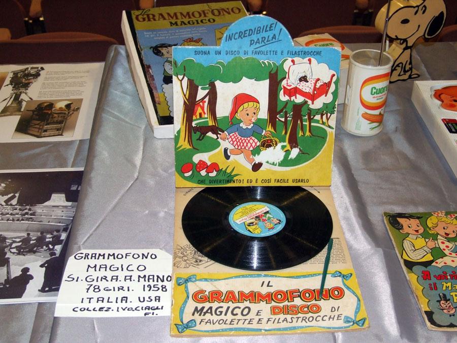 Figura 15 - Un curioso grammofono della collezione di Ivo: per ascoltare le favole incise sul disco bisogna mettersi d'impegno e girare il disco manualmente!