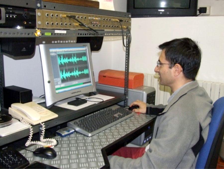 Figura 7. Mario Calloni nella paziente fase di equalizzazione e pulizia digitale del suono con apposito software dedicato.