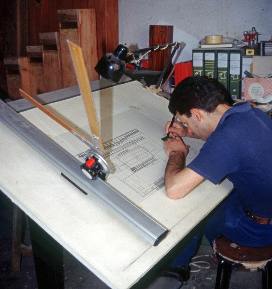Antonio Corno mentre disegna la parte interna dell'organo di Merate