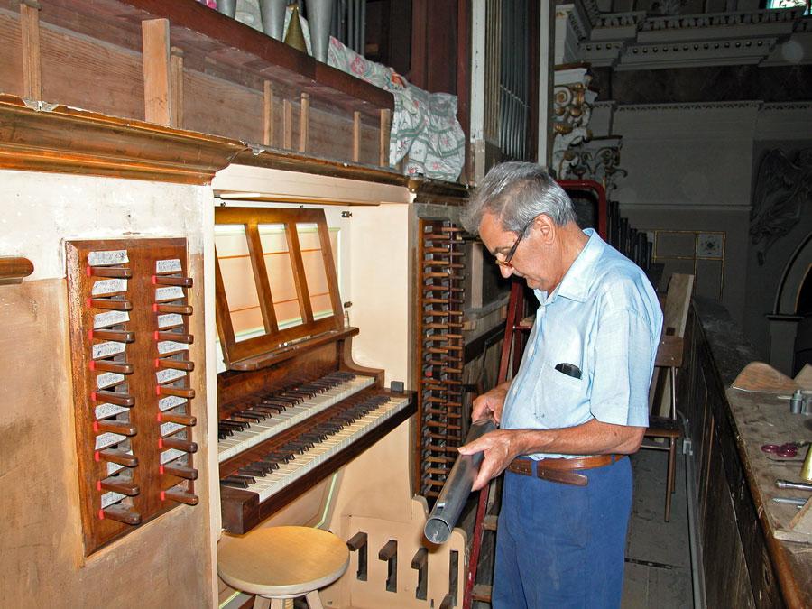Alessandro Corno osserva una canna d'organo della Basilica di Lecco