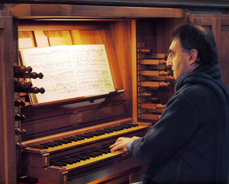 L'organista Walter Mauri mentre si esibisce all'organo di Merate.