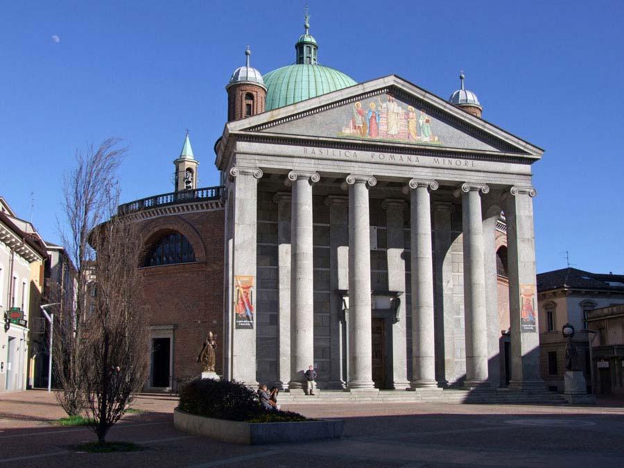 La maestosa facciata della Basilica di Seregno che si apre sulla piazza antistante.
