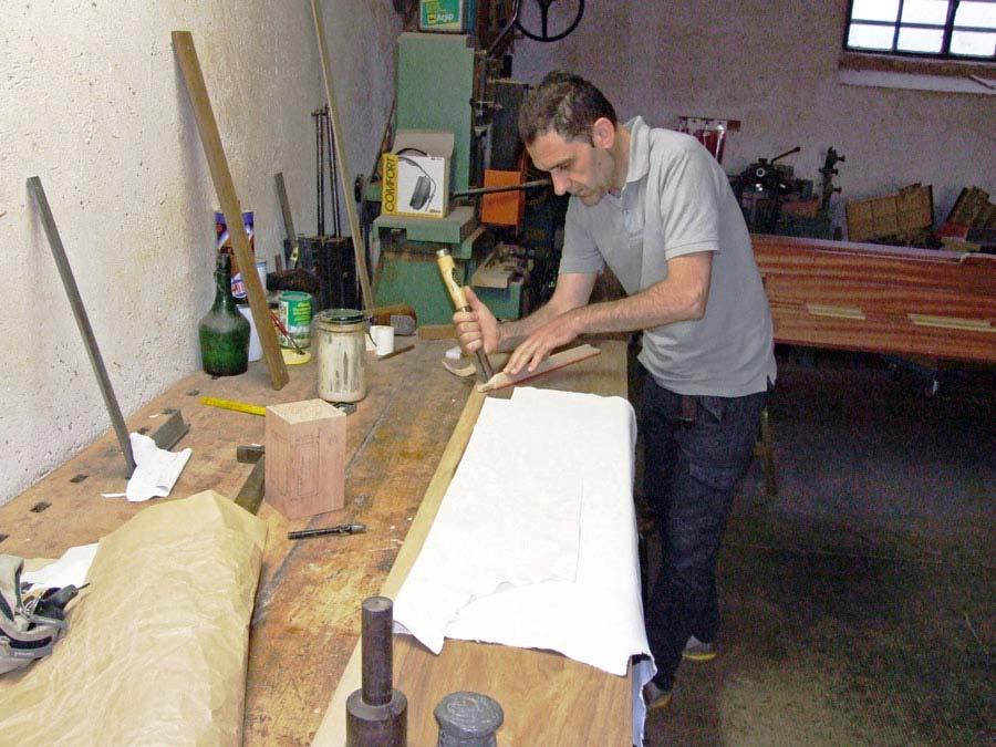 Scelta e taglio delle pelli nella costruzione dei mantici.