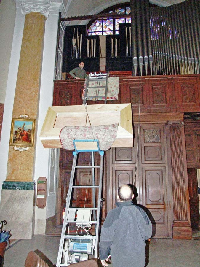 Montaggio di uno dei mantici nell'organo Espressivo-Positivo della Collegiata di Seregno.