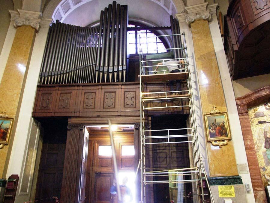 Smontaggio e riverniciatura delle canne di facciata dell'organo Espressivo-Positivo.