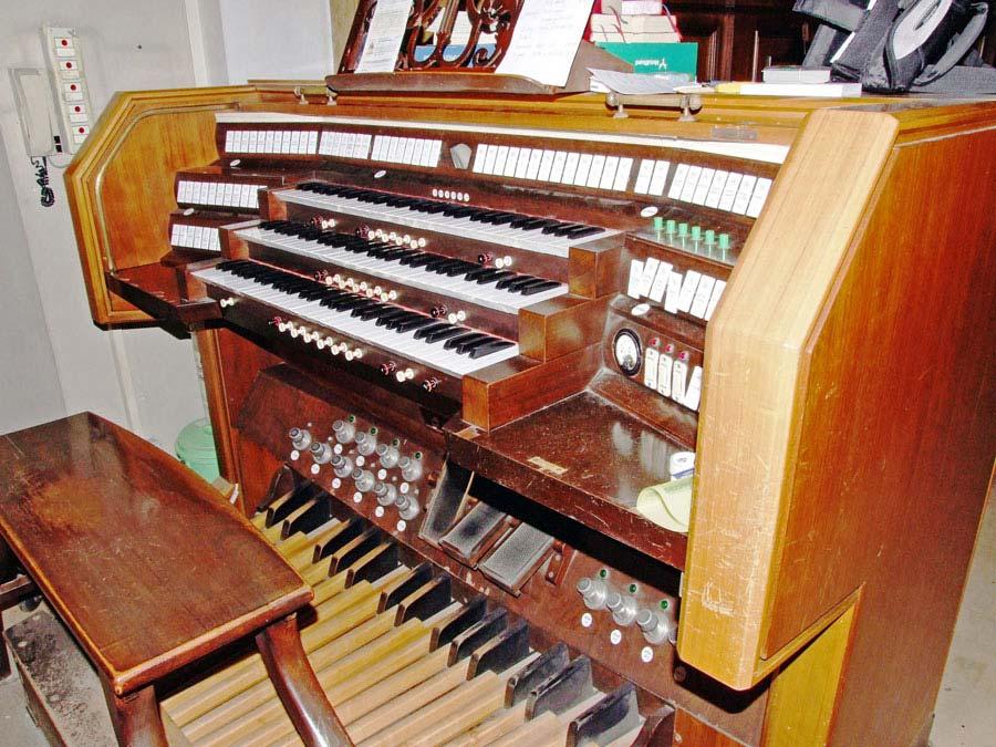 Vista della parte esterna della consolle elettromeccanica a tre tastiere del grande organo della Collegiata di Seregno.