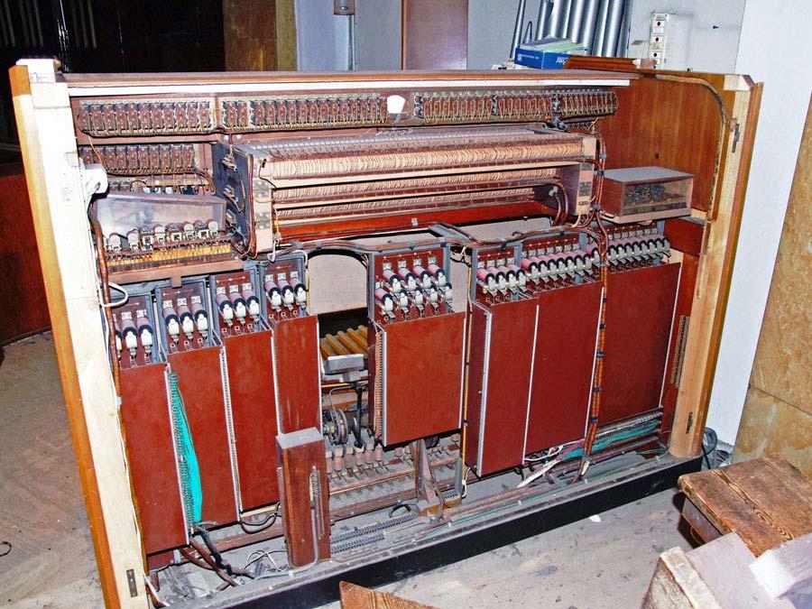 Parte interna della consolle elettromeccanica del grande organo della Collegiata di Seregno.