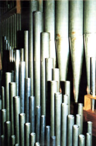 Particolare di alcune canne all'interno dell'organo. Detail of some of the pipes inside the organ.