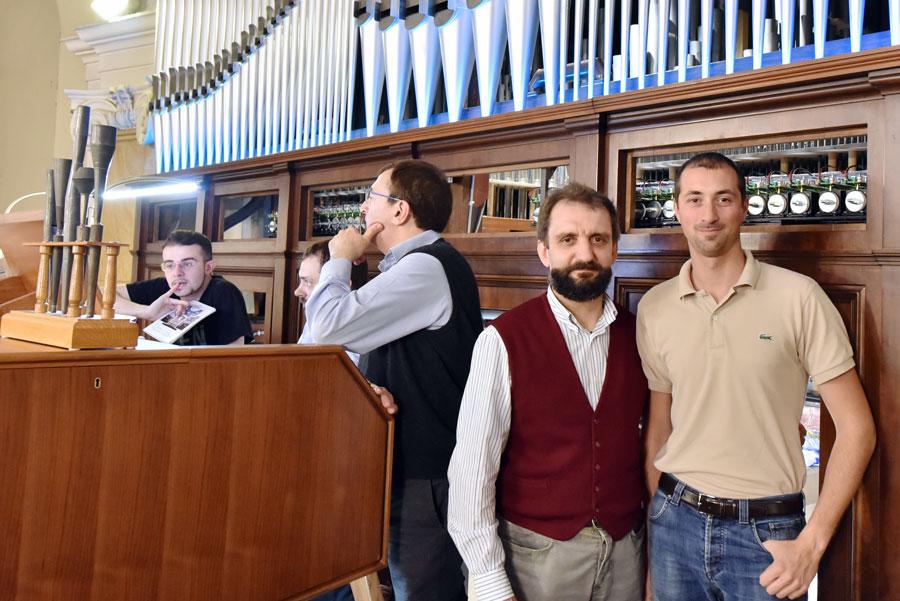 Serafino Corno posa con Francesco Viganò, autore delle fotografie dell'organo restaurato e degli eventi per l'inaugurazione