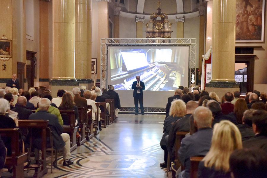 Luigi Losa, giornalista del Corriere della Sera, introduce la serata concertistica inaugurale (foto Francesco Viganò)