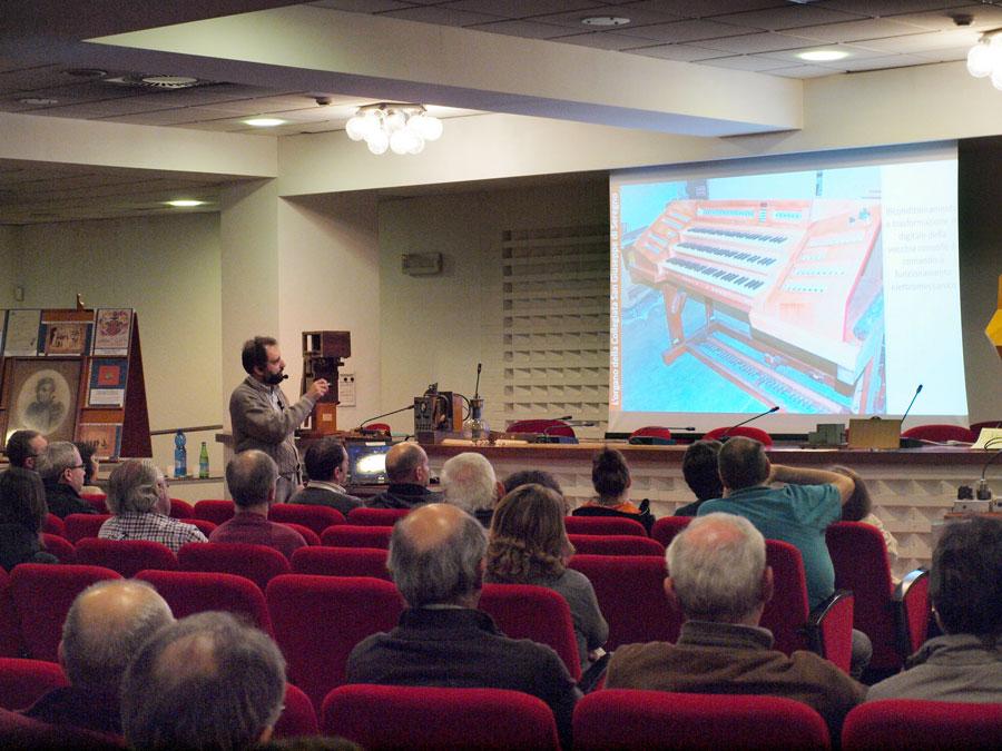 Conferenza di Serafino Corno sull'organo della Basilica di Seregno presso la Sala Civica Monsignor Gandini (foto Walter Ferrario)