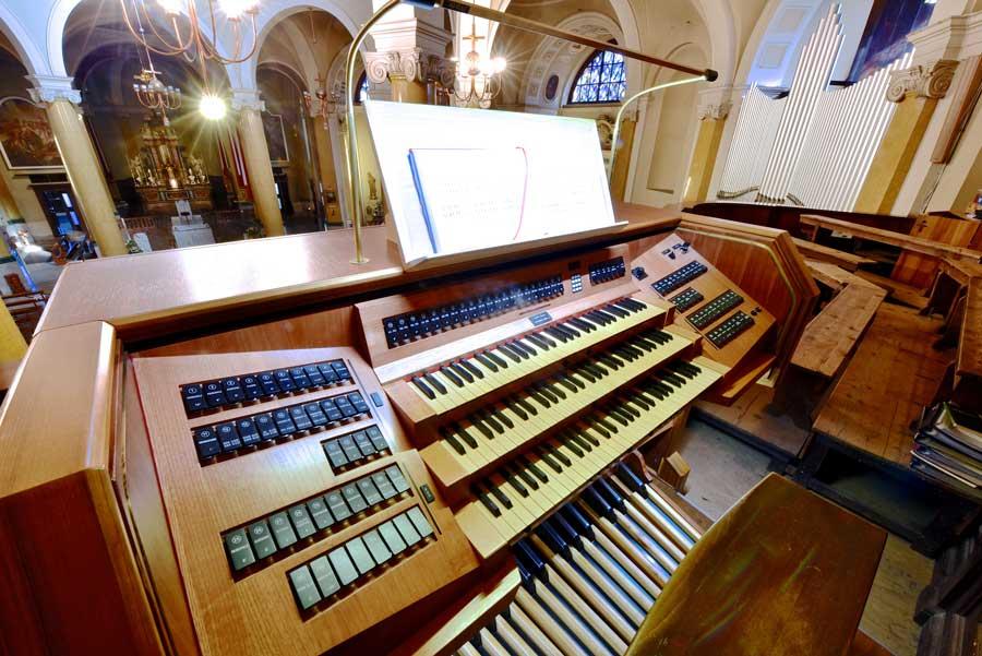 la consolle dell'organo di Seregno ultimata con la predella e la pedaliera