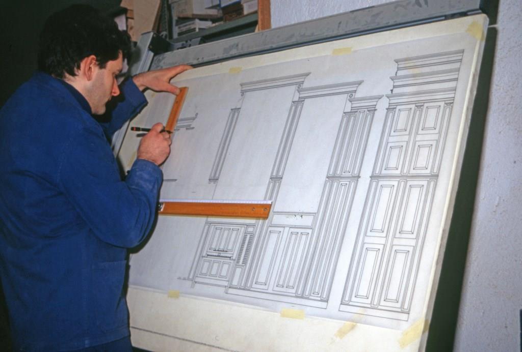 Antonio Corno lavora sul progetto della cassa per l'organo di Cornate d'Adda (MB)