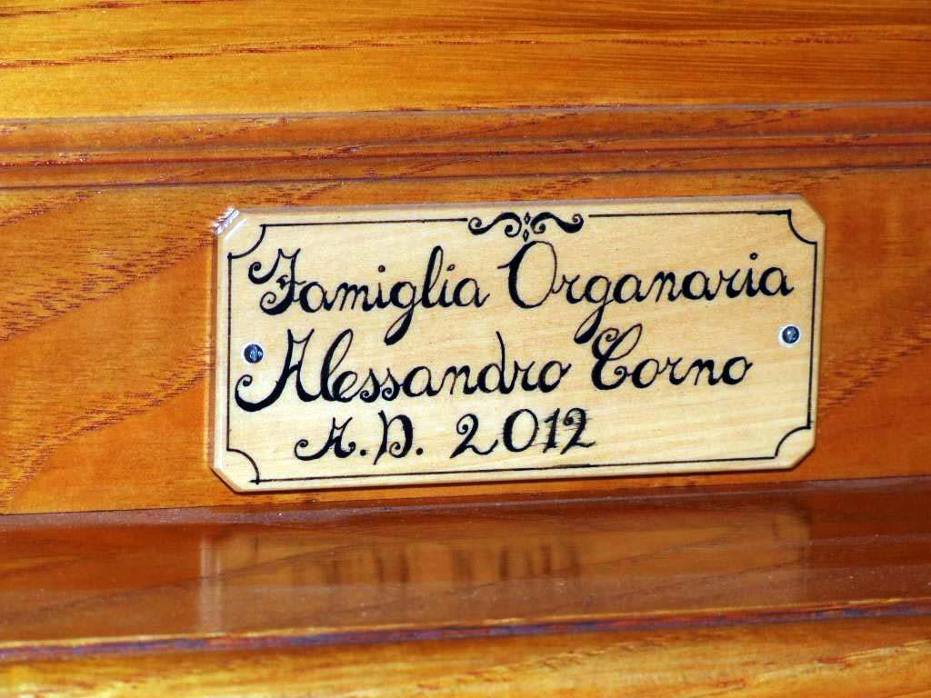 Targhetta identificativa del nuovo organo positivo costruito per l'organista Flavia Crotta