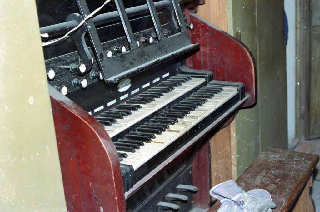 La consolle pneumatica dell'organo della Parrocchia di Olgiate Olona (Va) ripresa prima dei lavori di rifacimento-restauro