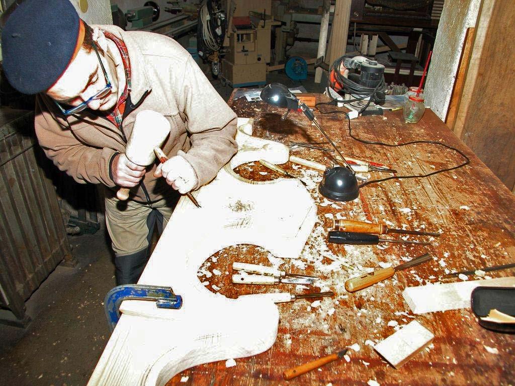 Donato Corno intento a scolpire manualmente nel legno l'angioletto della cimasa che farà parte integrante dell'organo di Don Mario Conconi.