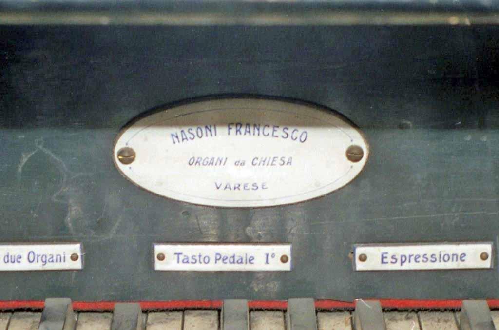La targhetta presente sul frontalino della consolle dell'organo della Parrocchia di Olgiate Olona (Va) ripresa prima dei lavori di rifacimento-restauro