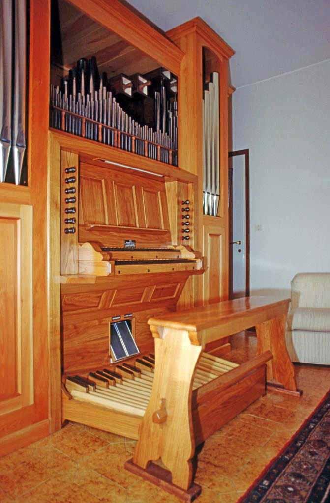 Nuovo organo costruito per il Maestro Sergio Paolini, consolle e la parte centrale.