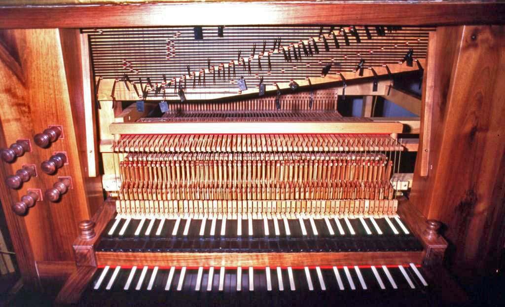 La nuova consolle dell'organo a due manuali durante la fase di collegamento della meccanica; l'unione dei manuali è a cassetto. Chiesa parrocchiale di Crebbio (LC)