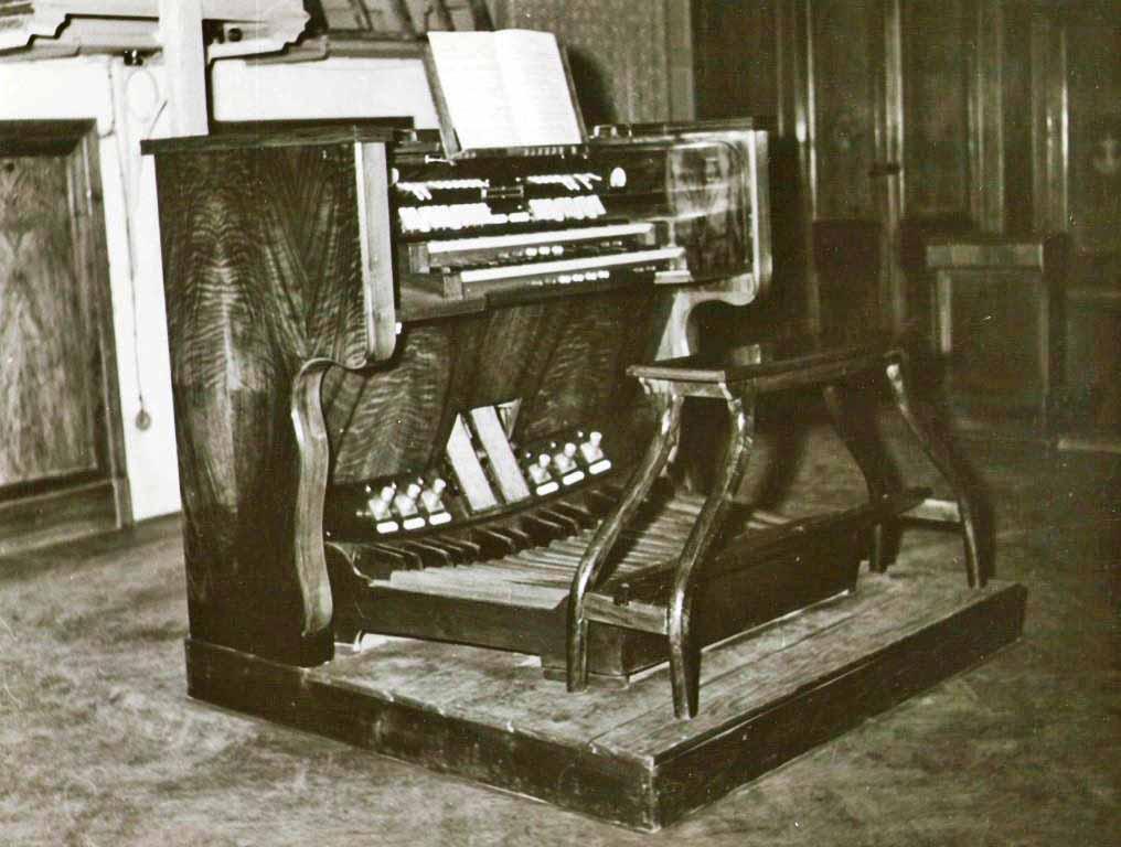 Immagine storica della consolle ripresa quando l'organo della Chiesa del Convento dei Carmelitani di Monza è stato ultimato