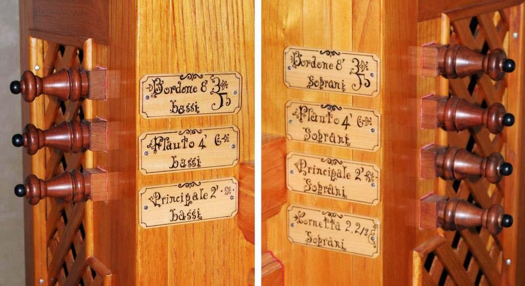 I pomelli dei registri e le particolari targhette scritte a mano con inchiostro di china del nuovo organo positivo costruito per l'organista Flavia Crotta
