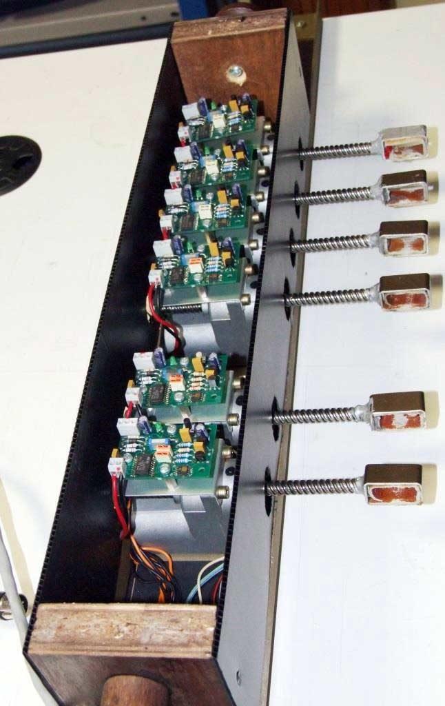 L'attuatore motorizzato dei registri con il coperchio superiore rimosso