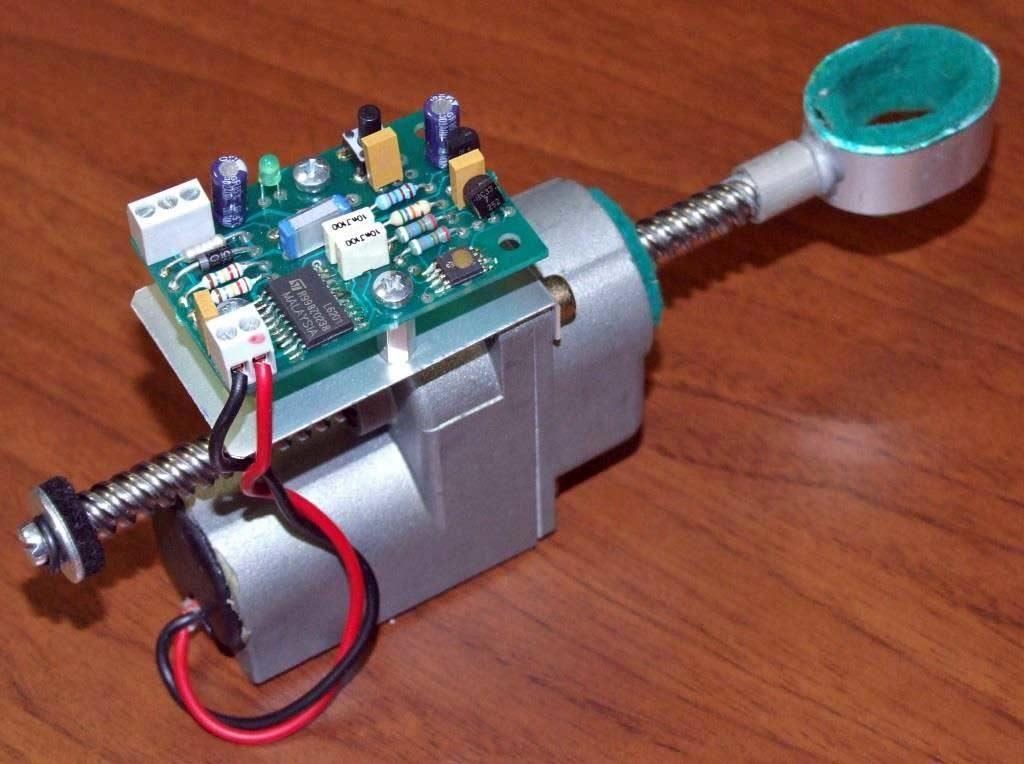 Il motoriduttore a vite senza fine completo della scheda elettronica di controllo.