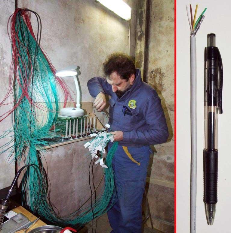 massa di fili necessari a collegare la consolle per uno solo dei tre organi della Basilica di Seregno.