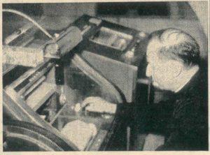 """Don Carlo Bianchi nel 1963 alle prese con l'auto-organo """"Musicus"""" prodotto dalla FIRSO."""