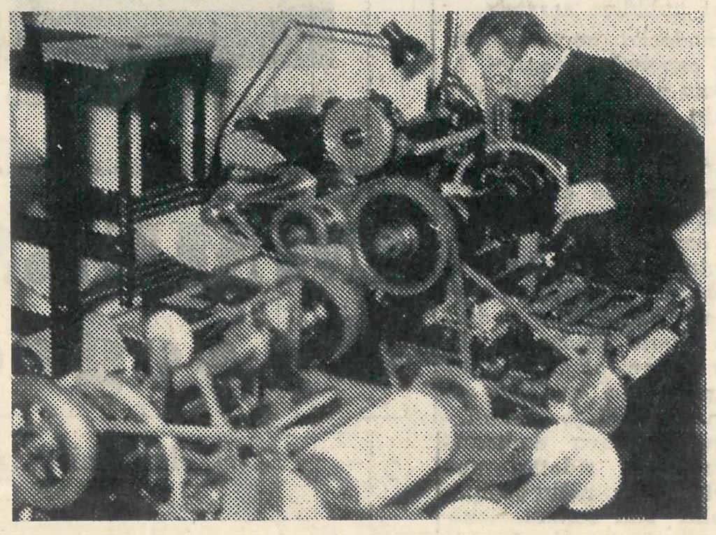 Don Pedelli ripreso nel 1963 mentre era al lavoro nella canonica-officina di Cantalupo Milanese.